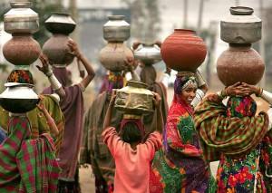 alvaro-mujeres-llevando-agua